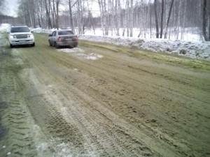 Дорога и снег на ней позеленели.