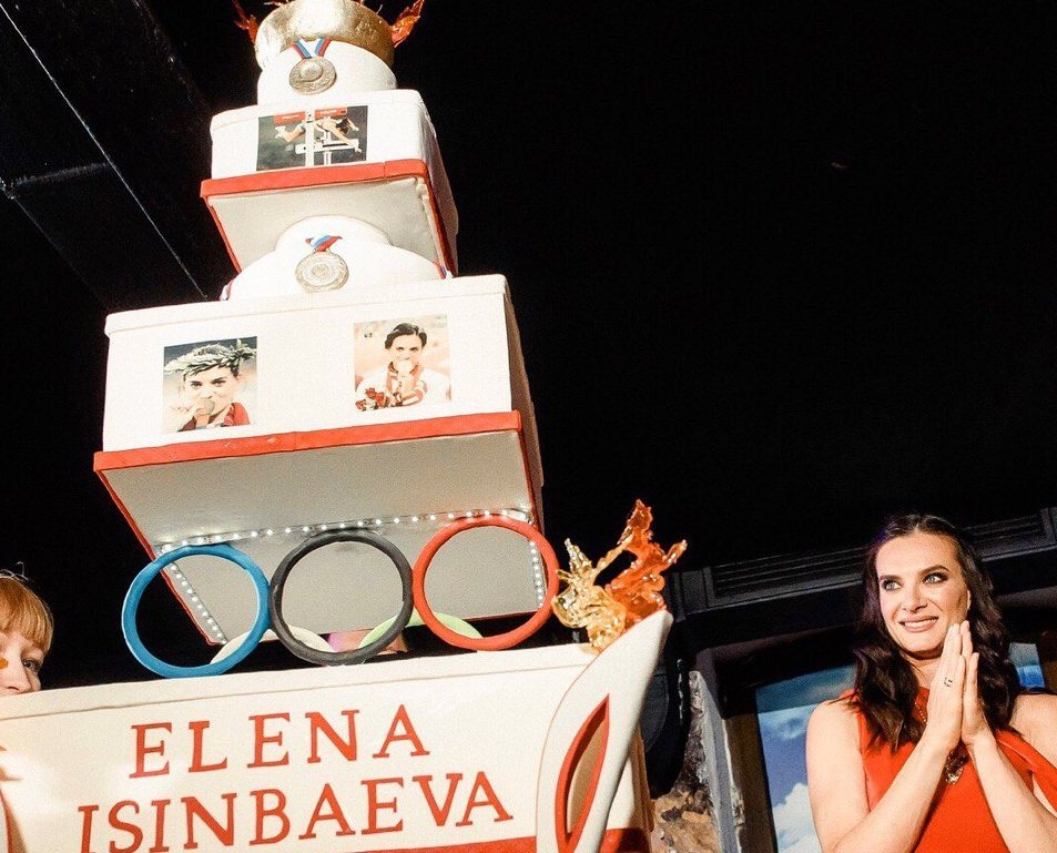Елена Исинбаева пришла в восторг от спортивных ярусов сладкого угощения