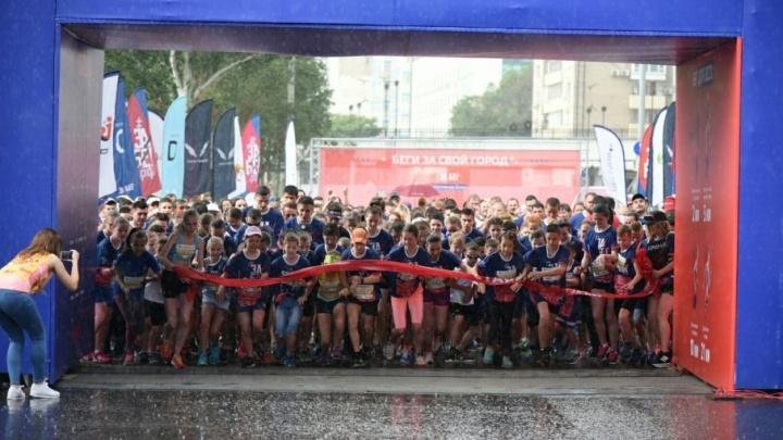 Дождь, краски холи и награждение победителей: «ЗаБег» прошел в самом сердце Ростова