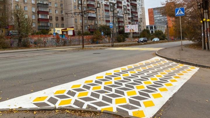 Арт-объект или пешеходный переход: в центре Челябинска появилась цветная зебра