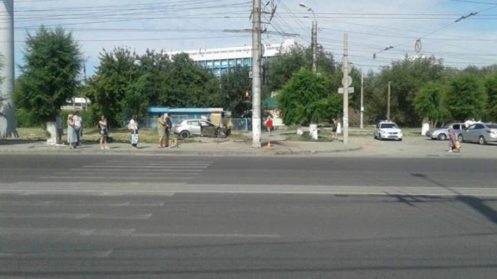 В Волгограде погиб пассажир иномарки RenaultMegane, протаранившей столб
