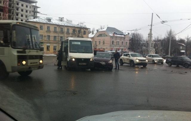 В Ярославле перед мостом произошло ДТП с маршруткой: назревает большая пробка