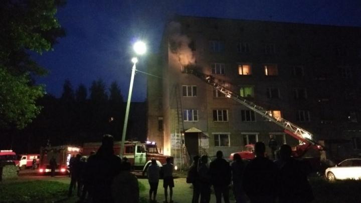 Спускали людей через окна четвёртого этажа: ночью сгорела квартира в Ярославле