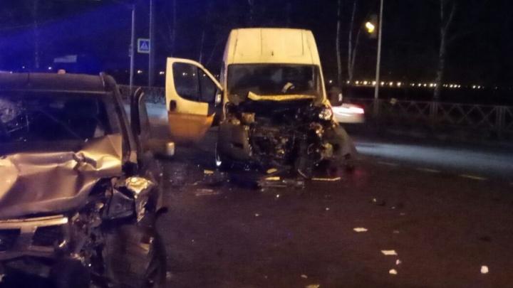 В Ярославле микроавтобус столкнулся с внедорожником: оба кузова всмятку