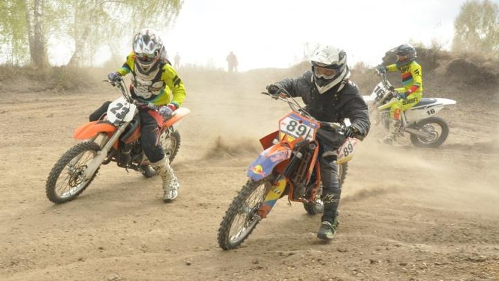 Пыль и скорость: под Челябинском прошли соревнования по мотокроссу