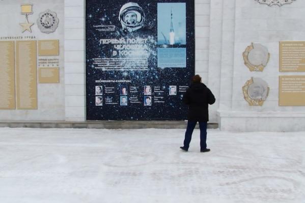 Стену на спуске площади Славы построили в 2015 году
