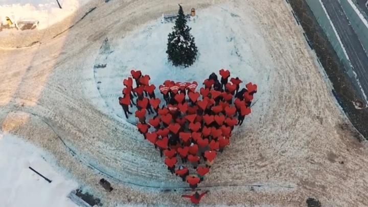 Ярославские студенты устроили сердечный флешмоб для только что родивших мамочек
