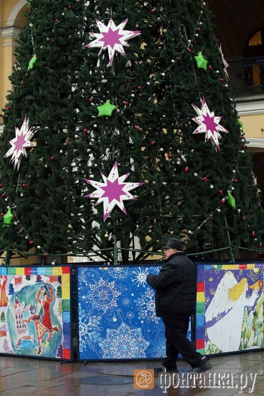 Украшения на елке возле Гостиного двора