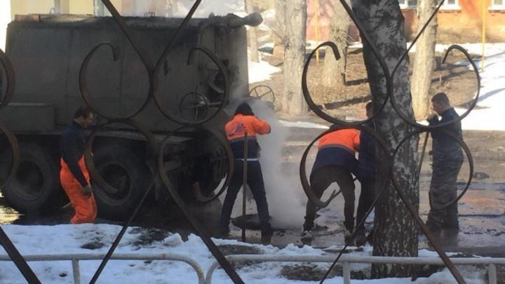 «Асфальт кладут прямо в лужу»: самарцы вновь жалуются на дорожных рабочих