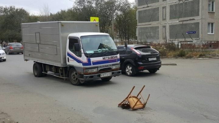 Холодильник, кресло, теперь стул: как в Челябинске борются с открытыми люками