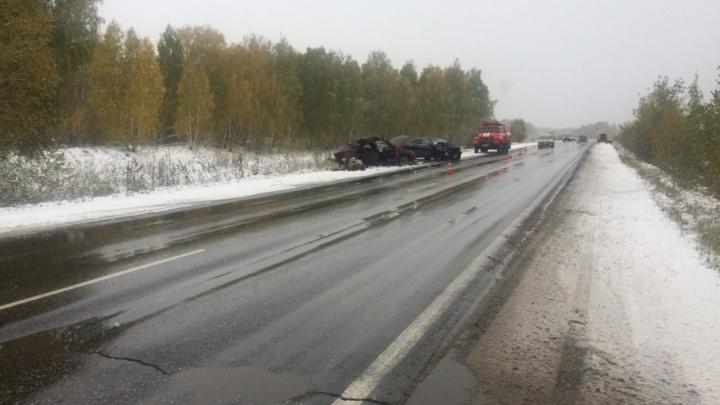 В аварии на заснеженной трассе под Челябинском погиб пассажир иномарки
