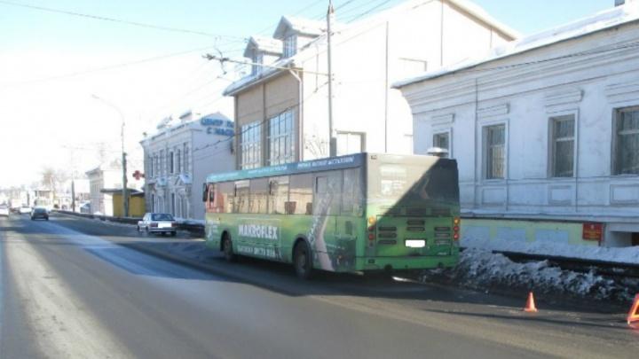 Упал так, что не мог встать: в Ярославле пассажир автобуса получил травму