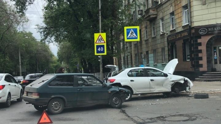 Отлетело колесо: на Масленникова столкнулись «Рено» и «восьмерка»
