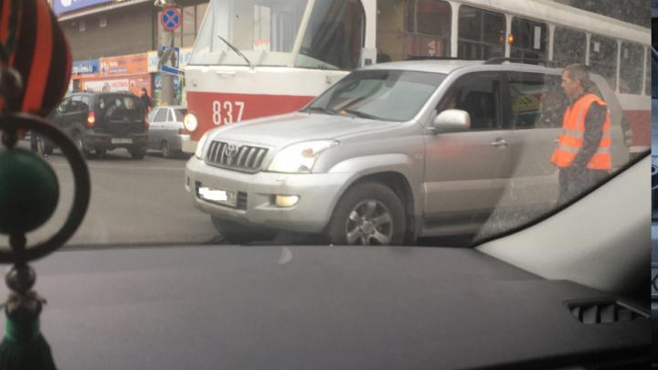 В Самаре у ТЦ «Аврора» «притерлись» трамвай и «Тойота-Ленд-Крузер»