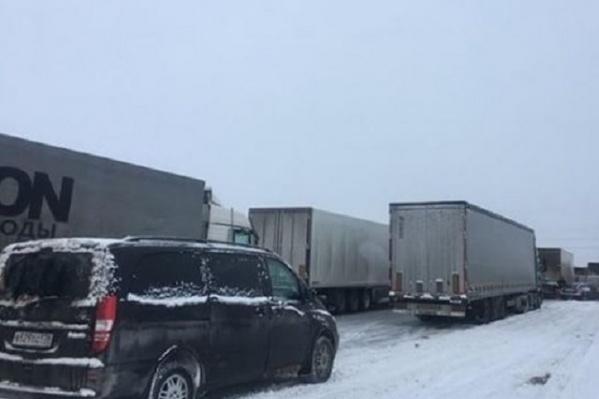 Фуры заблокировали проезд легковым автомобилям