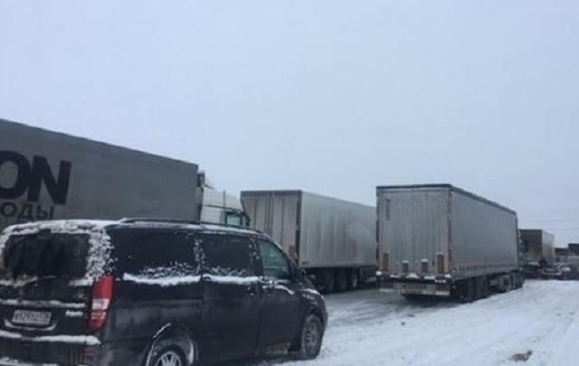 На трассе М-4 «Дон» в районе Шахт фуры завязли в снегу