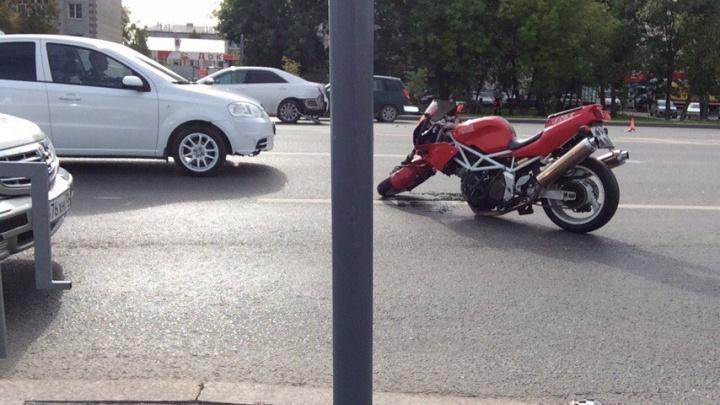 Водитель иномарки устроил аварию у ТЦ «Колумб», подрезав мотоциклиста