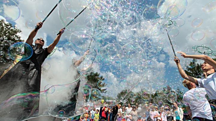 На детском фестивале в Челябинске запустили миллионы мыльных пузырей