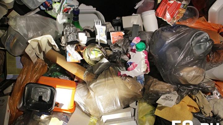 «Это мусор горожан»: в Перми железнодорожники спорят с Росприроднадзором из-за свалки рядом с путями