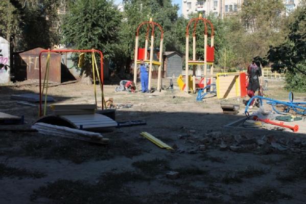 Волгоградским дворам задержали обещанный асфальт и детские площадки