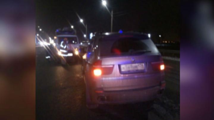 BMW X5 влетела на отбойник: водителя спасали десять человек