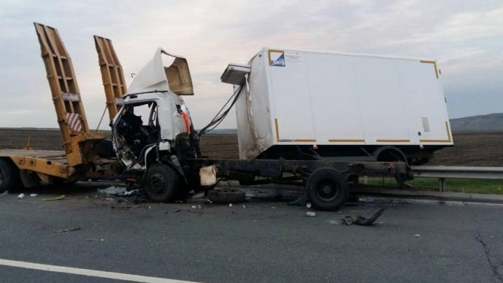 Скончался на месте: в Самарской области водитель мини-грузовика врезался в прицеп