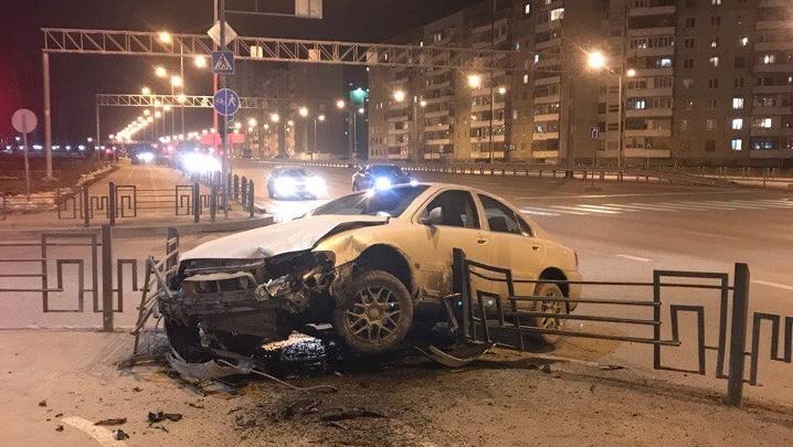 За несколько часов тюменские водители снесли два металлических забора