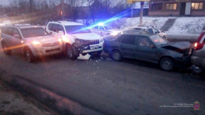 В Волгограде женщина на белом Land Cruiser врезалась в два Hover, Daewoo и «Ладу»