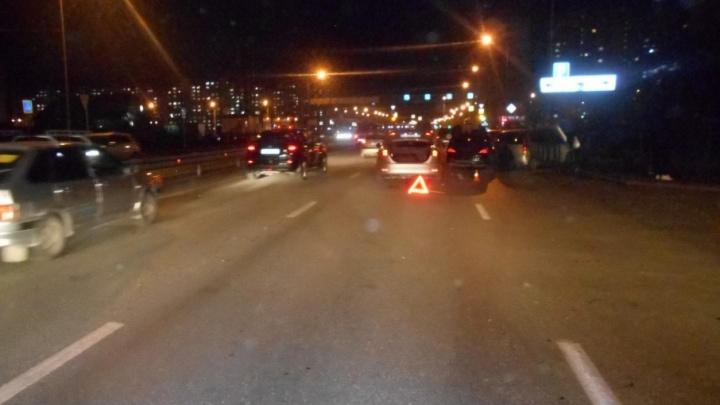 После массового ДТП на Монтажников автомобиль KIA откинуло на пешеходов