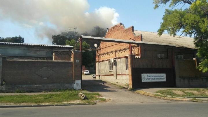 В Ростове горит бывшее общежитие