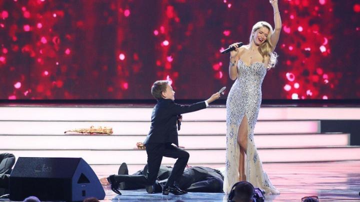 В финале шоу «Ты супер!» школьник из Губахи Кирилл Есин спел с Верой Брежневой