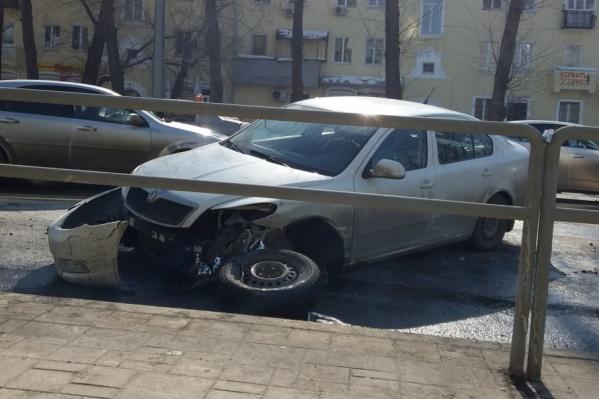 При столкновении у Skoda выбило колесо