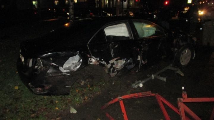 В Ярославле Toyota проломила забор