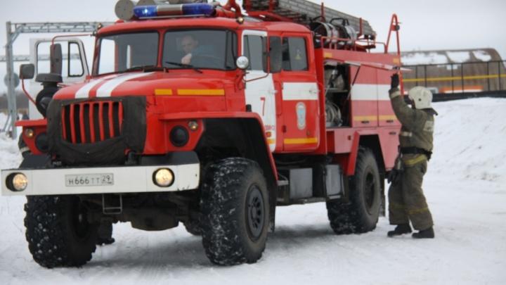 Три пожарные части Вельска тушили загоревшийся деревянный дом