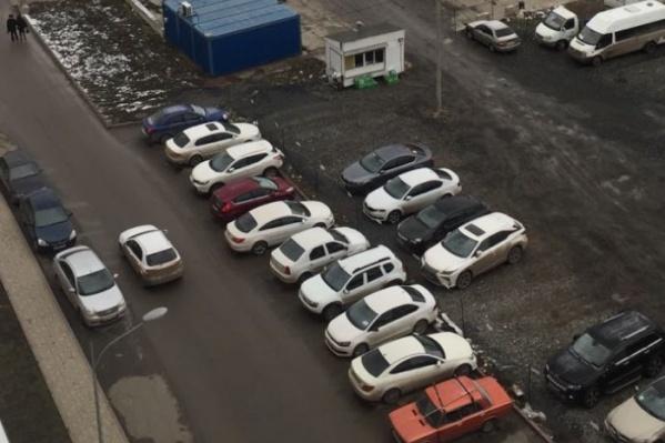 Оставив машины на этой парковке, утром водители могут увидеть на крыше яйца