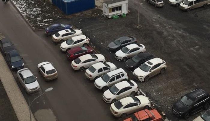 Неуловимый мститель: в Левенцовском микрорайоне местный житель забрасывает яйцами машины соседей