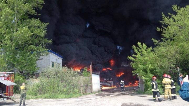 В крупном пожаре на складах в Ярославле сгорели опасные отходы