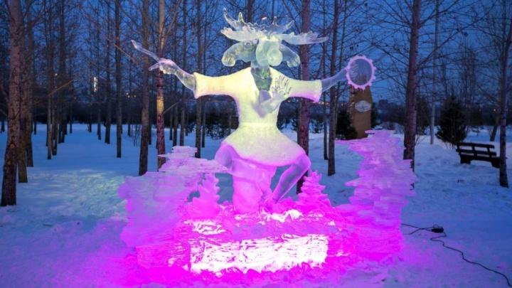 Горилла и человек с головой лося: что показали пермяки на фестивале снежных скульптур в Сибири
