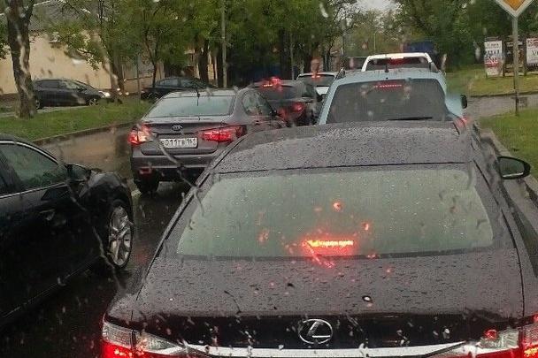 Рабочая неделя началась для ростовчан с восьмибалльных пробок из-за ремонта дорог в дождь