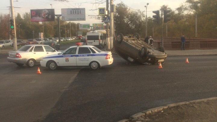В Волгограде на проспекте Ленина после столкновения перевернулся кроссовер