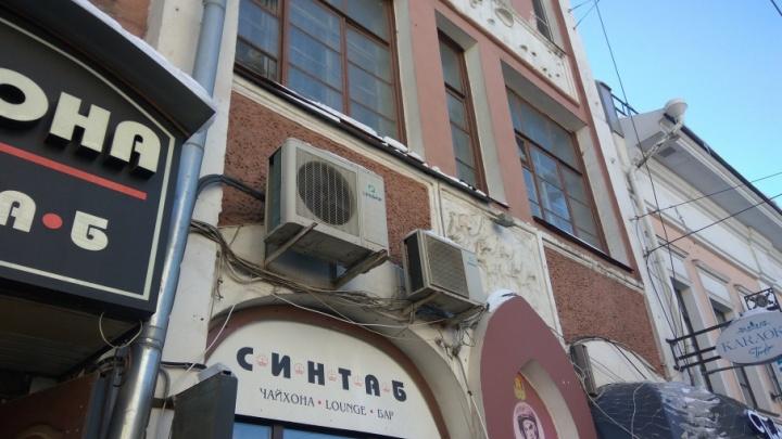 Назвали самые завешенные техническим «мусором» дома-памятники Ярославля