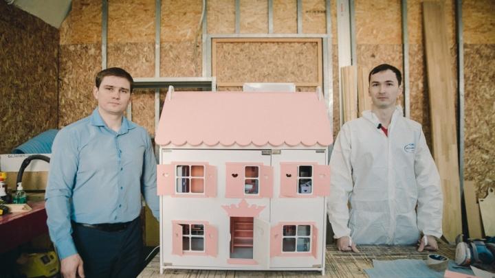 Исполнили мечту племянницы и заработали миллион: история тюменцев, которые строят кукольные домики