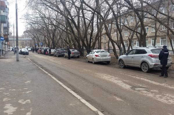 Около 16:00 у лицея начали собираться сотрудники полиции