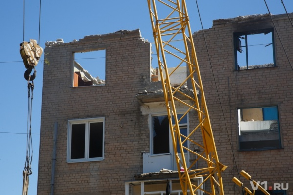 Строительный кран по одной выдергивает плиты перекрытий из взорвавшегося дома