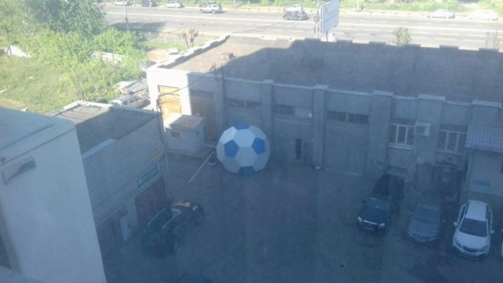 Гигантский футбольный мяч с Красной площади закатили во дворы