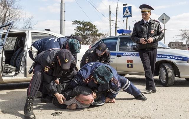 Оштрафованы водитель и пассажир таранившей полицию иномарки