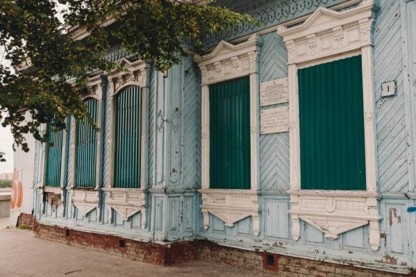 Усадьба причта расположена на городской набережной. Здание, построенное в конце 19 века, разрушается