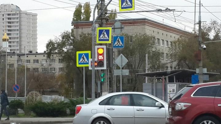 В Волгограде из-за столба с новыми знаками важный светофор стал невидимкой