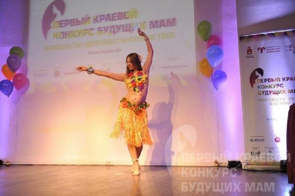 В прошлом году одна из участниц конкурса танцевала в гавайском костюме