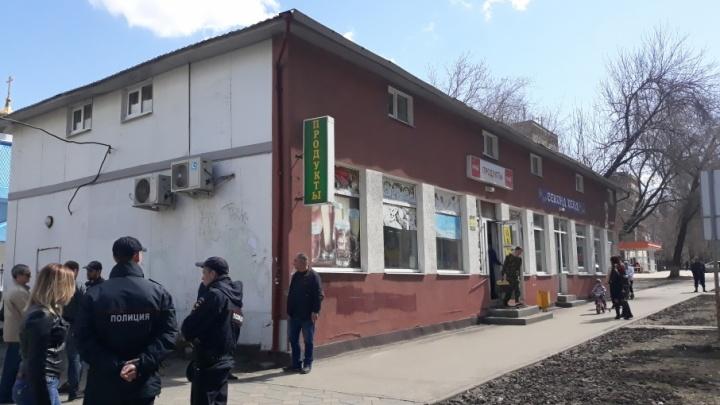 В Самаре возле больницы Пирогова сносят незаконный торговый павильон